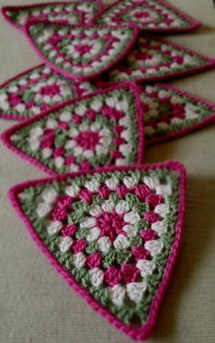 Transcendent Crochet a Solid Granny Square Ideas. Inconceivable Crochet a Solid Granny Square Ideas. Crochet Bunting, Crochet Blocks, Crochet Squares, Crochet Granny, Granny Squares, Blanket Crochet, Crochet Triangle Pattern, Crochet Motif, Crochet Stitches