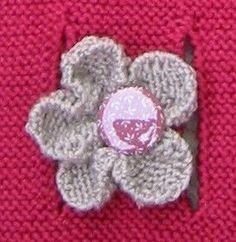 Pour celles qui me l'ont demandé, voici les explications pour tricoter une fleur comme celle-ci. J'ai en fait adapté les indications que...