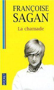 """386. La chamade. Françoise Sagan. Lucile rencontre Antoine. Leur complicité se transforme vite en une fougueuse passion. Or, Lucile vit avec Charles, quinquagénaire élégant et fortuné qui l'entoure d'un amour désintéressé. Malgré sa profonde affection pour lui, lorsque Antoine lui demande de choisir, elle décide de quitter Charles. """" Vous me reviendrez. Je n'ai qu'à attendre. """" Charles n'en doute pas. Il entend déjà la chamade, ce roulement de tambour qui annonce les défaites..."""