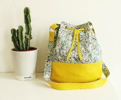 bucket bag leather-yellow-and-liberty Diy Bags Purses, Diy Purse, Sewing Online, Yellow Clothes, Couture Sewing, Fabric Bags, Handmade Bags, Fashion Advice, Fashion Bags