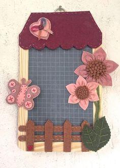 lavagna in ardesia, targa fuoriporta, casetta con fiori e farfalla Craft Stick Crafts, Diy And Crafts, Craft Sticks, Shots Ideas, Decoupage, Scrap, Homemade, Gifts, Home Decor