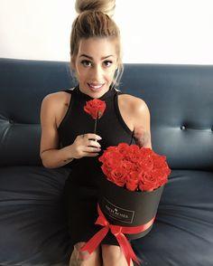 Imagina su sonrisa de felicidad   🌹 ROSAS ETERNAS Color Rosa, Dresses, Fashion, Bouquet Of Roses, Red Roses, White Roses, Smile, Happiness, Colors