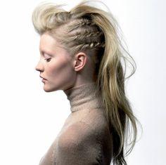 coiffure viking, style lagertha, cheveux blonds, frange en arrière, tresses imitation dreadlock sur les côtés