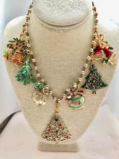Christmas Vintage Trees Ornaments Bells Green Red Gold Rosary Bead Assemblage Upcycled Bib Necklace Doodaba by doodaba on Etsy Vintage Jewelry Crafts, Jewelry Art, Jewelry Design, Recycled Jewelry, Jewelry Ideas, Christmas Tree Necklace, Christmas Jewelry, Christmas Baubles, Xmas Tree