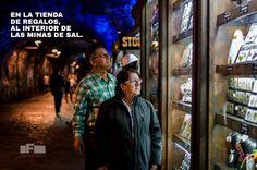 Mis padres en la zona de venta de Souvenirs al interior de las Catedral de Sal en Zipaquirá. Por: Fredy Castañeda - Camara Nikon D7000 - Objetivo Sigma Art 35 mm 1.4