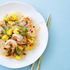 Shrimp and Mango Noodle Salad - Chatelaine Recipes Healthy Foods To Eat, Healthy Recipes, Eating Healthy, Healthy Living, Chatelaine Recipes, Lunch Recipes, Dinner Recipes, Dinner Bowls, Fiber Rich Foods