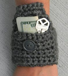 Crochet Diy Picture - This little reflective wrist pouch free crochet pattern works up in no time, using reflective yarn, and it perfect for holding small things, during your morning or evening jog. Mode Crochet, Crochet Diy, Crochet Gifts, Crochet Ideas, Crochet Handbags, Crochet Purses, Crochet Bags, Crochet Wallet, Pouch Pattern