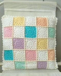 Granny square pillow with crochet pillow back and button closure Crochet Collar Pattern, Crochet Baby Blanket Free Pattern, Crotchet Patterns, Crochet Motifs, Baby Girl Crochet, Granny Square Crochet Pattern, Crochet Stitches, Crochet Cushion Cover, Crochet Cushions