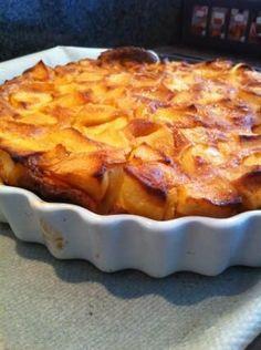 Préchauffez le four à 180°C. Fouettez les oeufs (entier) avec le sucre fin dans un saladier. Incorporez la farine, délayez avec la crème liquide et le lait. Pelez les pommes, épépinez-les et couper en quartiers.