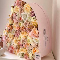 Egy hatalmas pasztell rózsaszín szív alakú csoda. Egy virágdoboz ami bájos selyemvirágokkal van tele tűzdelve. Tökéletes és időtálló ajándék. A virágdoboz mérete: 58x57x16 cm Az itt látható termék készleten van, az aktuális árukészletünkből készül selyem virágból, ha egyedi elképzelésed van a virág fajtában vagy színekben, esetleg élő virágból szeretnéd, akkor írj nekünk és mi felvesszük Veled a kapcsolatot, hogy minden részletet megbeszéljünk és megvalósítsuk az elképzelésed. Floral Wreath, Wreaths, Home Decor, Floral Crown, Decoration Home, Door Wreaths, Room Decor, Deco Mesh Wreaths, Home Interior Design