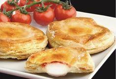Tipico #prodotto di #rosticceria #leccese, fatto di pasta sfoglia cotta al forno ripiena di besciamella mozzarella e pomodori