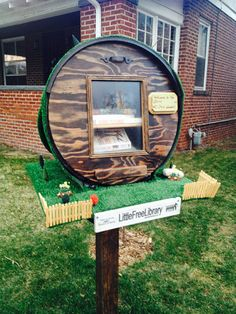 Someone's front lawn in Denver, Colorado. It's a little free library (built just like a hobbit house). Take a book and read Little Free Libraries, Little Library, Street Library, Reading Library, Library Programs, Community Building, The Hobbit, Book Worms, Mini
