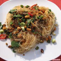 Hot glass noodle salad à la Jamie Oliver Jamie Oliver, Glass Noodle Salad, Vegan Nutritionist, Salad Recipes, Vegan Recipes, Vegan Coleslaw, Vegan Sushi, Best Meat, Asian