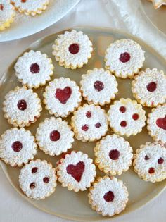 Linzer Augen nach Omas Rezept - Ich muss backen easy 3 ingredients easy for a crowd easy healthy easy party easy quick easy simple Brownie Recipes, Cheesecake Recipes, Cookie Recipes, Dessert Recipes, Delicious Desserts, Yummy Food, Avocado Brownies, Grandma Mug, Christmas Baking