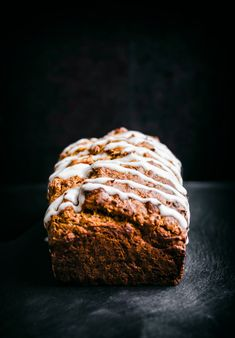 Fruit-sweetened whole grain carrot bread flavoured with dates, banana, and ginger makes for a healthy, delicious breakfast or snack. Vegan and sugar-free. Healthy Bread Recipes, Healthy Muffins, Vegan Dessert Recipes, Healthy Treats, Healthy Desserts, Healthy Eating, Desserts With Dates, Sweet Desserts, Olives