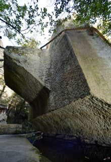 生石神社に伝わるご神体「石の宝殿」。背面に屋根形の突起がある(兵庫県高砂市) Hyogo, Mystery, Plants, Plant, Planting, Planets