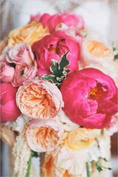 Peonías y rosas para un bouquet nupcial de ensueño.   www.florama.mx