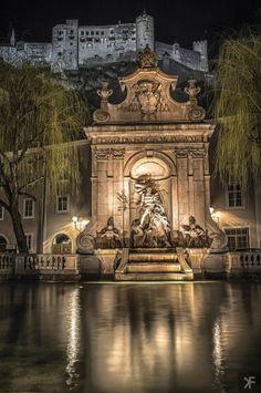 Chapter Fountain y en la parte superior el Fuerte Hohensalzburg, Salzburgo, Austria