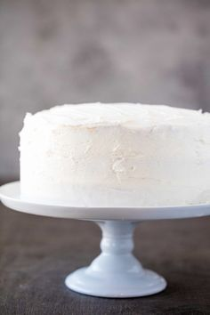 The Most Amazing White Cake is here! It's light, and airy, and absolutely gorgeous. This is the white cake you've been dreaming of! Köstliche Desserts, Delicious Desserts, French Desserts, Plated Desserts, Cake Cookies, Cupcake Cakes, Cupcakes, Mousse Au Chocolat Torte, Cake Recipes