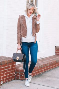 Easy tips on how to dress up a hoodie for a cute and casual look! Moto jacket and sneakers outfit. Cold Weather Outfits, Casual Winter Outfits, Coloured Denim Jacket, Dressy Jackets, How To Wear Sneakers, Hoodie Outfit, Street Style Looks, Comfortable Outfits, Casual Looks
