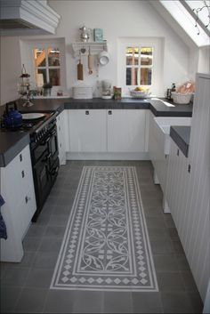 10 ideas for modern kitchen tile patterns - Painted floor tiles New Kitchen, Kitchen Dining, Kitchen Decor, Kitchen Cabinets, Kitchen Black, Compact Kitchen, White Cabinets, Cupboards, Cocinas Kitchen
