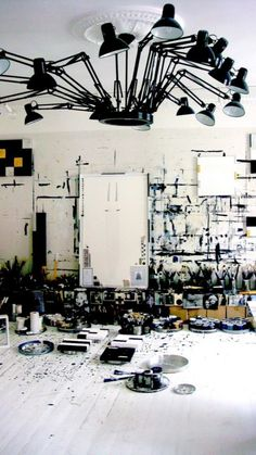 black and white / workspace / atelier / studio Art Atelier, Inspiration Wand, Deco Luminaire, Dream Art, Art Studios, Music Studios, Artist At Work, Artist Loft, Studio