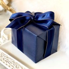 Trending Christmas Gifts For Teens Creative Gift Wrapping, Creative Gifts, Wrapping Ideas, Elegant Gift Wrapping, Blue Christmas Decor, Trending Christmas Gifts, Hanukkah Gifts, Embossed Paper, Leather Gifts