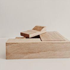 Détail de mobilier pour maison de poupée. Hêtre massif, finition sans C.O.V., 100% écologique.