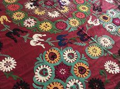 Colorida colcha Suzani hecha a mano - Suzani cubierta de tabla / cubierta de la cama - Suzani tela por istanbulcarpet  SUZANI BORLA ROJA;  Es un elemento vintage con perfectas condiciones * hecho a mano suzani colcha - mantel * tamaño es 6,0 x 4,7 pies (184 CM x 145 CM) * multi color y vintage ORIGINAL * tabla de cubierta, cubrecama o colgante...  CONTACTO: Para cualquier otras preguntas, puede llamar o escribirnos en cualquier momento que desee.  Móvil (WhatsApp): + 90 535 845 20 50 Núm...