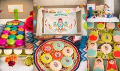 Las matrioskas son muy tiernas y generalmente están decoradas con colores muy alegres, lo cual es perfecto para decorar la fiesta de tu pequeña muñequita.
