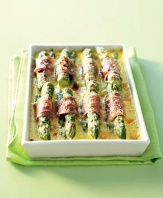 Gratin de pointes d'asperges à la parisienne (asparagus wrapped with ham then topped with a creamy smooth parmesan sauce. Chicken Appetizers, Bacon Appetizers, Appetizer Recipes, Belgian Food, Belgian Recipes, Hummus, Asparagus Recipe, Asparagus Spears, Greek Recipes