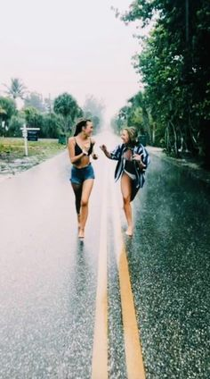 There's no one like your BFF! Here some cute phot ideas for that BFF goal! Cute Friend Pictures, Best Friend Photos, Best Friend Goals, Bff Pics, Happy Pictures, Happy Photos, Best Friend Video, Cute Bestfriend Pictures, Rain Pictures