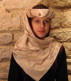 GRIÑÓN. Camisolin bordado empleado por las instituciones femeninas como imagen de austeridad. Velo Mahometano adoptado por las damas occidentales o especie de toca que ocultaba la parte inferior de la cara, especialmente después de las cruzadas.