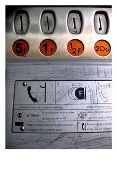 dans la cabine de téléphone