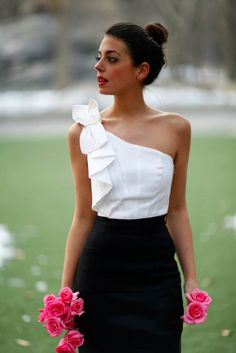 White top black skirt and pink roses White Fashion, Look Fashion, Womens Fashion, Fashion Design, Outfit Trends, Western Outfits, White Tops, White Casual, Casual Chic