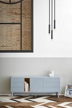 Si buscas un aparador con gran capacidad de almacenaje y muy polivalente, KEV es para ti. Es muy práctico para guardar el servicio de mesa en el salón y también lo puedes usar como mueble de TV (si quieres ver la tele un poco alta) o a modo de cómoda en el dormitorio. Sus formas redondeadas y sus patas altas hacen que sea visualmente ligero. Además, su color gris combina muy bien con otros muebles lacados o de madera. #rderoom #aparador Sideboard, Cabinet, Storage, Seo, House, Furniture, Home Decor, Raven, Timber Furniture