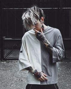 🏳🏴 What city were you born in? 👼🏻 I was born in vienna - 1996 ⚡️ Hot Guys Tattoos, Boy Tattoos, Tatoos, Korean Men Hairstyle, Cute Emo Boys, Men Hair Color, Photography Poses For Men, Stylish Boys, Silver Hair
