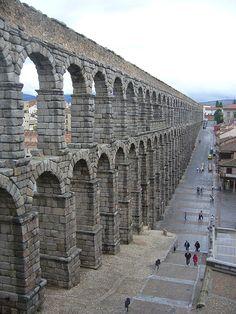 El Aqueduct en Segovia es una de los más importantes y mejor conservadas en la Península Ibérica. Es un símbolo de la ciudad de Segovia y es un importante monumento arquitectónico en España y especialmente en Segovia.