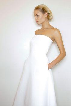 White dress by Jil Sander Jil Sander, Minimal Wedding Dress, Elegant Wedding, Simple White Dress, Minimal White Dress, Simple Gowns, Looks Street Style, Costume, White Fashion