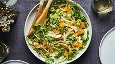 Une salade à la fois chic et rustique parfaite pour recevoir. Zéro pression. Pas besoin de tout couper à la perfection, ni de maîtriser l'art de faire des suprêmes d'orange. Fennel, Japchae, Thai Red Curry, Salads, Nutrition, Fruit, Cooking, Ethnic Recipes, Orange