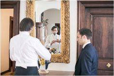 Getting Ready, Bräutigam, Spiegel, Trauzeuge, Anzug, Hemd, Fliege, Schloss Miel, Foto: Violeta Pelivan