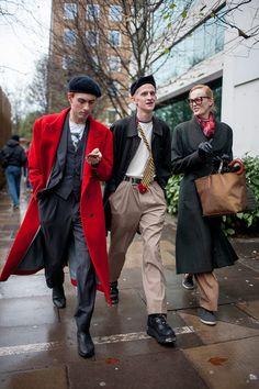 赤ダブルチェスターコート×グレー3ピーススーツ&黒ステンカラーコート×ベージュプリーツパンツ