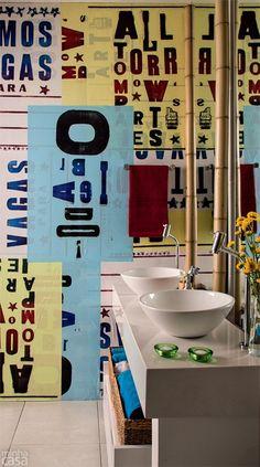 Banheiro maneiro com lambe-lambe como papel de parede