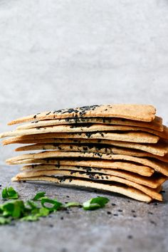 Cheezy Vegan Crackers (gluten-free) Gluten-free crispy vegan crackers made with buckwheat flour, ground almonds, flaxseed, nutritional yeast and olive oil. Vegan Baking Recipes, Gluten Free Baking, Vegan Gluten Free, Vegetarian Recipes, Snack Recipes, Baking Tips, Cooking Recipes, Vegan Foods, Vegan Snacks