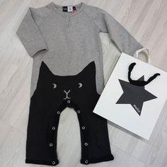 Pelele de @molo con un gatito en la parte delantera. Cómo será la parte trasera?  #nins #ninsmanresa #molo #moloinsta #moloandme #picoftheday #photooftheday #bestoftheday #kidsfashion #scandifashion #love #beautiful #me #instalike #instadaily #instagood #molokids #modainfantil #moda #cotton #ootd #fashion #cats #bodysuit