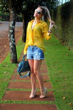 amei a camisa amarela com shorts