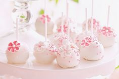 Make this elegant recipe to celebrate baby showers, birthdays, engagements, kitchen teas, or a special afternoon tea with friends. Cake Pop Bouquet, Flower Cake Pops, Cakepops, Chocolate Fudge, Melting Chocolate, White Chocolate, Bridal Shower Cakes Rustic, Bridal Shower Games, Foundant