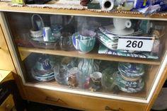 Inhalt eines Regales - Verlassenschaft und Wohnungseinrichtung - Karner & Dechow - Auktionen Liquor Cabinet, Storage, Furniture, Home Decor, Apartment Interior, Website, Auction, Household, Shelf