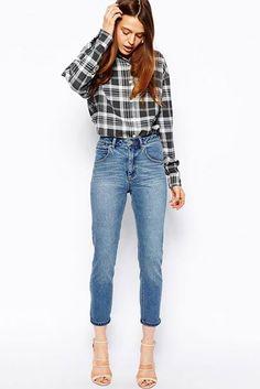¿NADA QUE PONERTE? Cuando una camisa de cuadros y unos 'mom-jeans' con largo a media pierna se convierten en la pareja más inspiradora del mundo. Es un look de ASOS.