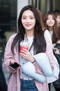 Netizens Claim That This Idol Is As Beautiful As Tzuyu! Fashion Tag, Daily Fashion, Fashion Beauty, Ioi Pinky, Ioi Nayoung, Girl Korea, Ulzzang Korean Girl, Cosmic Girls, Korean Girl Groups